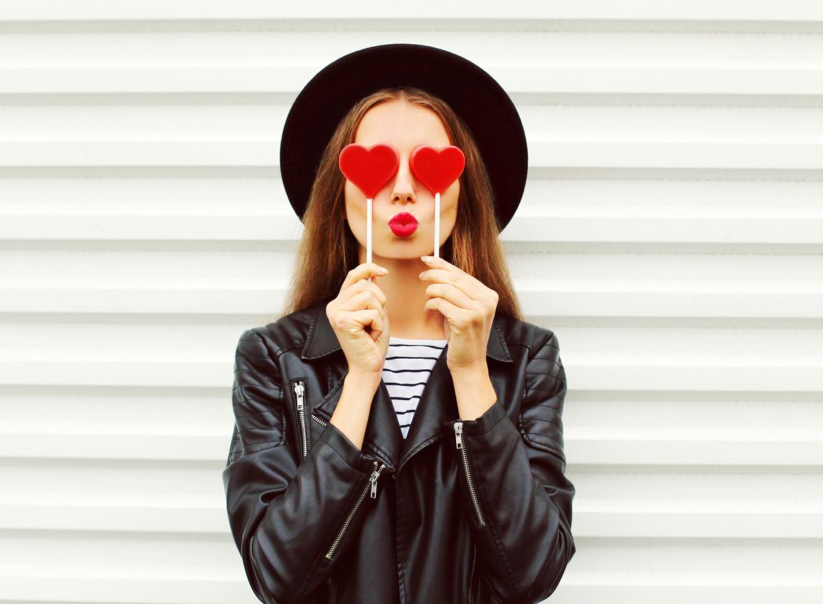 Applicera läppstift över läppbalsam